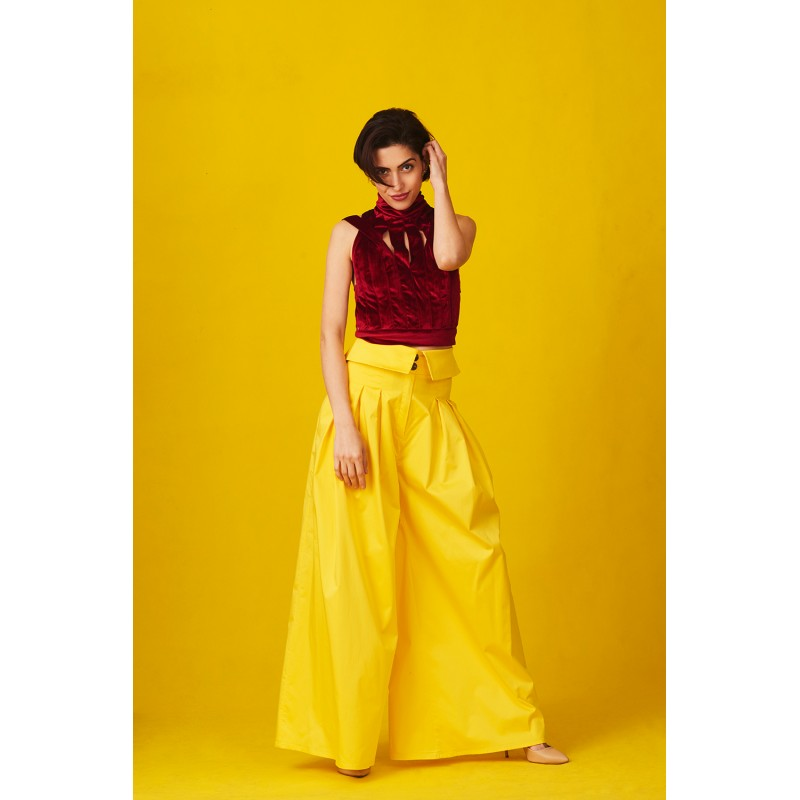 Set of velvet top with interlacing and yellow trousers with lapel